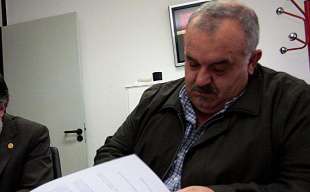 Fernández firmando el convenio con el patrón mayor de Rianxo.
