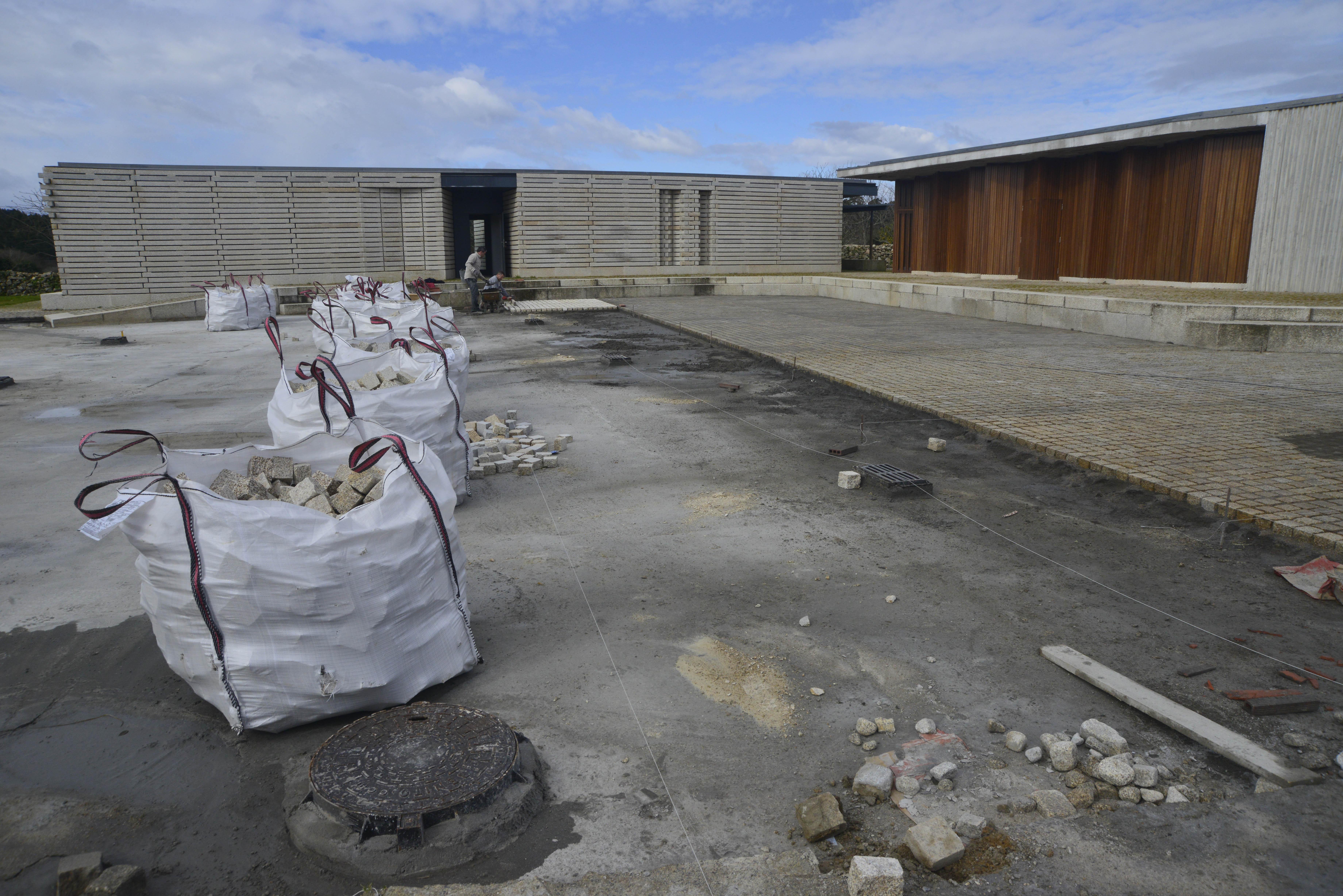 RIBEIRA – Comienzan las obras para instalar un pavimento de adoquín de  granito en la plaza del centro social y de ocio saludable de Oleiros 7d961f29b5ff